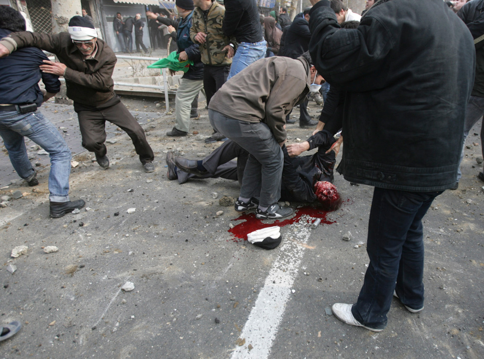 18. Мертвое тело человека, которого предположительно застрелили во время антиправительственного протеста на улице Революции в Тегеране 27 декабря 2009 года. (AP Photo)