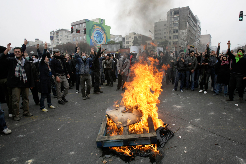 23. Иранские демонстранты выкрикивают слоганы во время конфликта в центре Тегерана 27 декабря 2009 года. (REUTERS/Stringer)