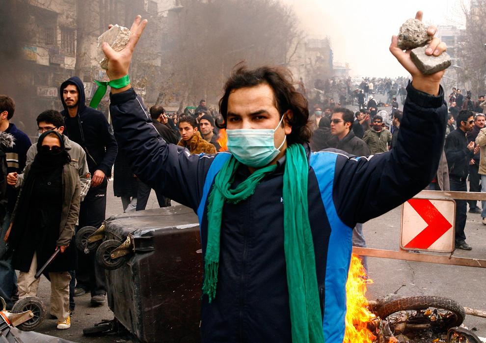 24. Сторонник иранской оппозиции жестикулирует во время столкновений с полицией в Тегеране 27 декабря 2009 года. (AMIR SADEGHI/AFP/Getty Images)