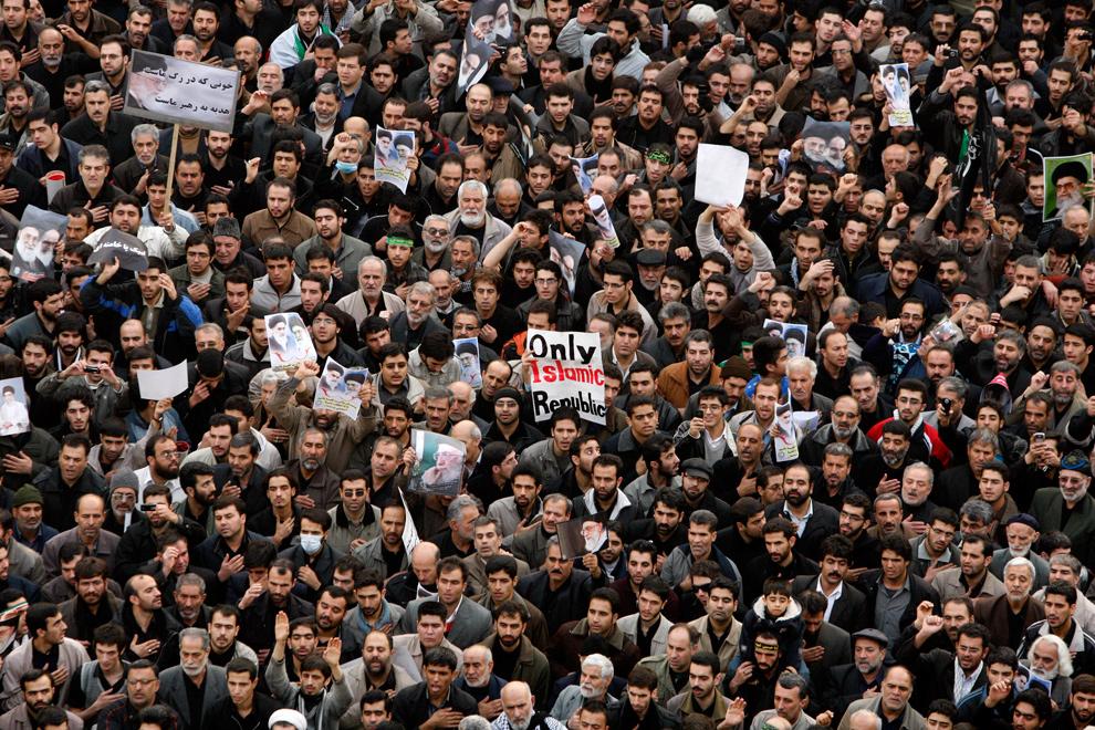 27. Иранские правительственные демонстранты собрались на митинг на площади Революции в Тегеране 30 декабря 2009 года. (AP Photo/Vahid Salemi)