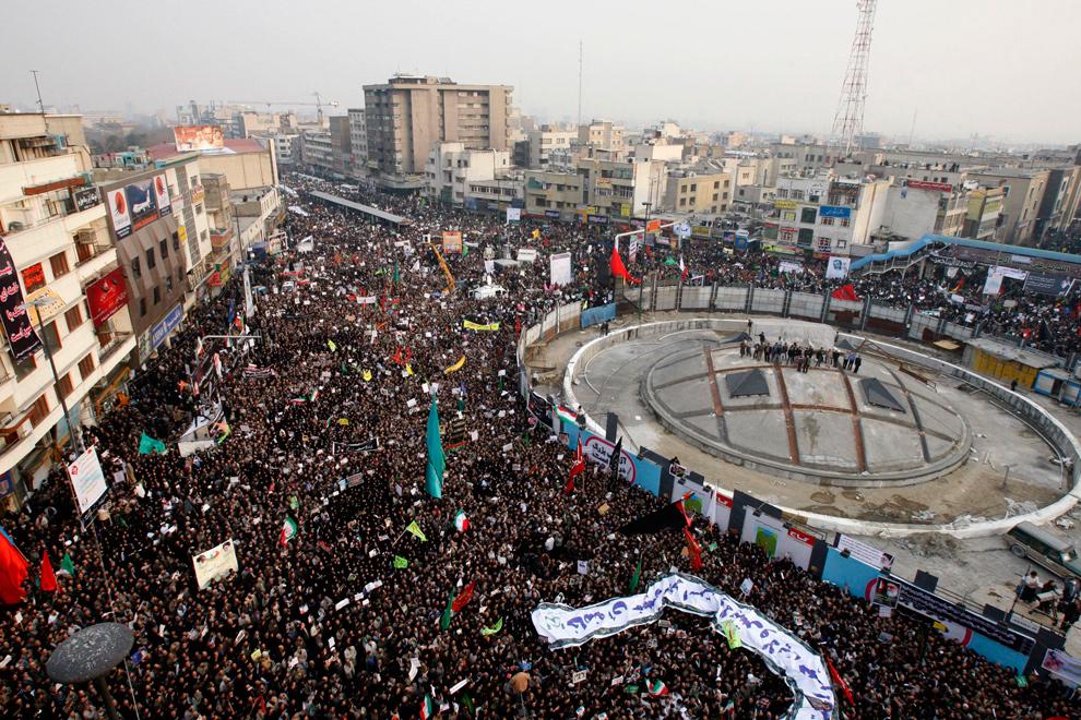 28. Иранские демонстранты собрались на митинг на площади Революции в Тегеране 30 декабря 2009 года. (AP Photo/Vahid Salemi)