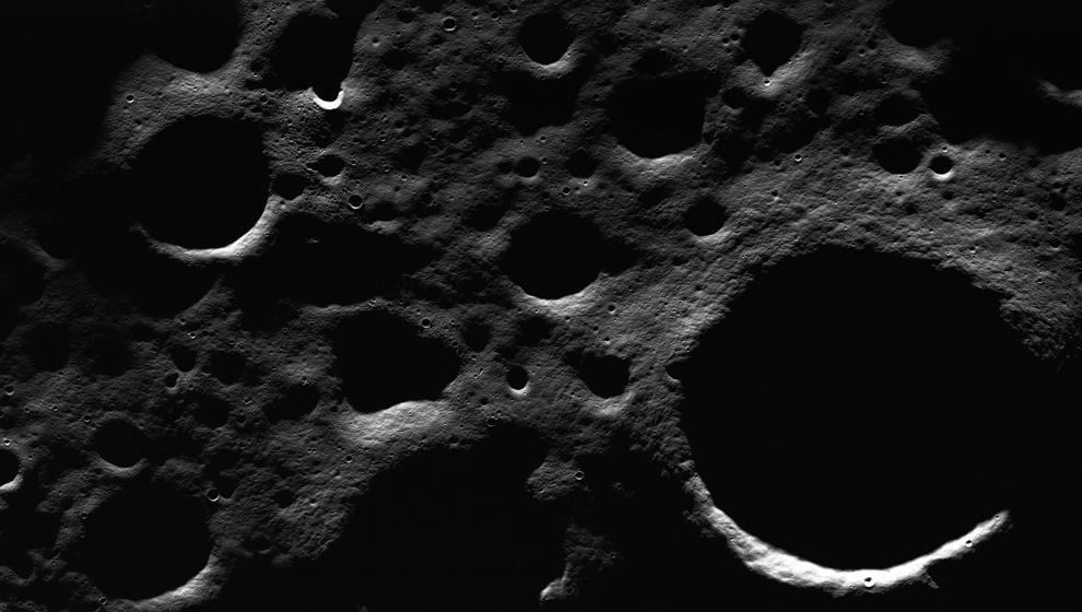 1. Недалеко от северного полюса Луны находится много кратеров на дне кратера Пири имеют постоянную тень, а некоторые постоянно освещаются на высоких краях кратера. Пири – главное место исследования для будущих миссий из-за его близости к потенциальным ресурсам. Высота снимка 9 км, он был опубликован 11 июля 2009 года. (NASA/GSFC/Arizona State University)