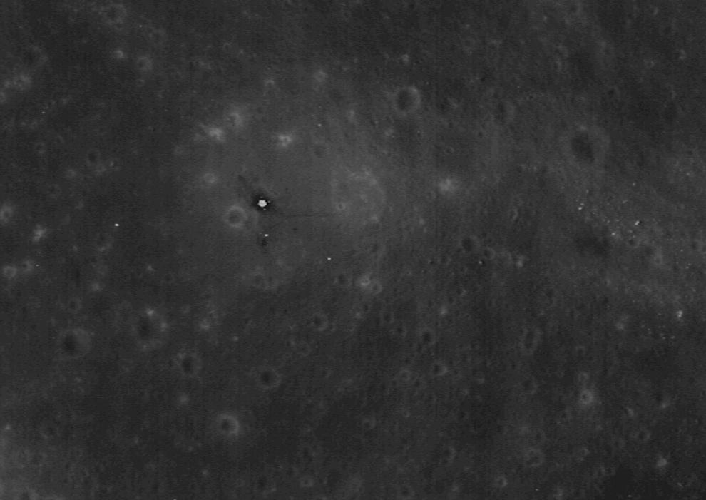 2. Место высадки Аполло 11, названное «Базой равновесия», находится на этом снимке прямо под ЛОЗ 1 октября 2009 года. 20 июля 1969 года астронавты НАСА Нил Армстронг и Эдвин «Базз» Олдрин высадились на поверхность Луны впервые в истории человечества и провели там чуть меньше дня, и всего 2,5 часа на ногах. Большое яркое пятно в центре представляет собой спускаемую ступень Лунного модуля, его 120-сантиметровые площадки едва различимы. Темный круг вокруг модуля – место, протоптанное астронавтами. Тонкая полоса, тянущаяся направо, - это тропа, протоптанная Армстронгом к кратеру Литтл Уэст. (NASA/GSFC/Arizona State University)