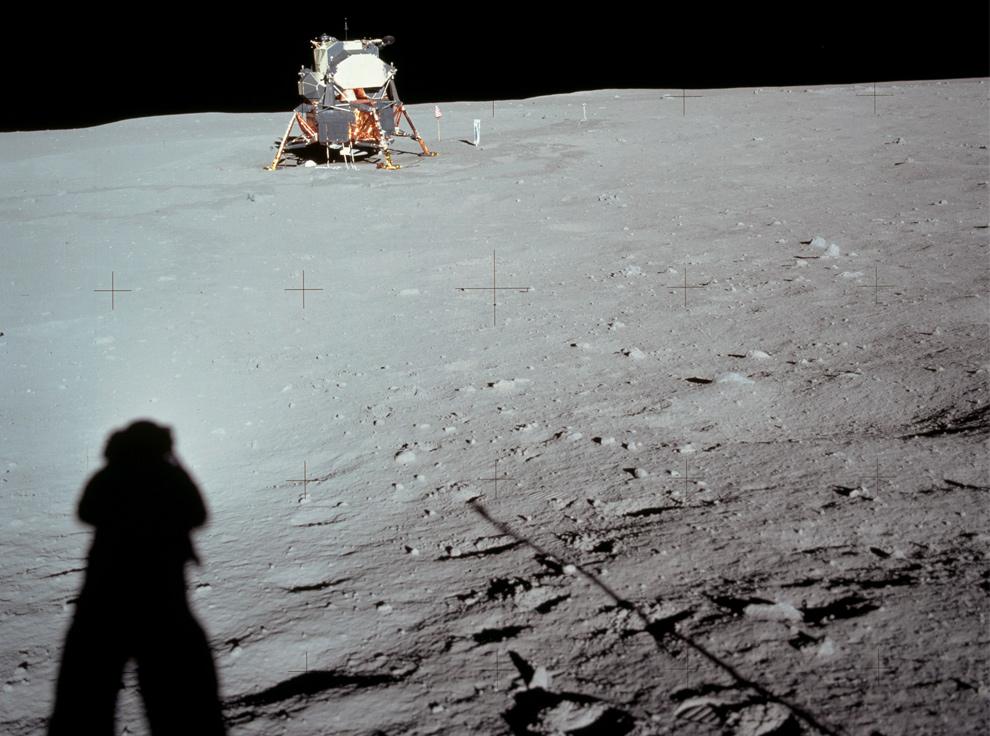 3. 20 июля 1969 года астронавт НАСА Нил Армстронг оглядывается на модуль Аполло 11 из кратера Литтл Уэст. Ориентируясь по предыдущему фото, можно предположить, что Армстронг стоит в центре, глядя налево. (NASA)