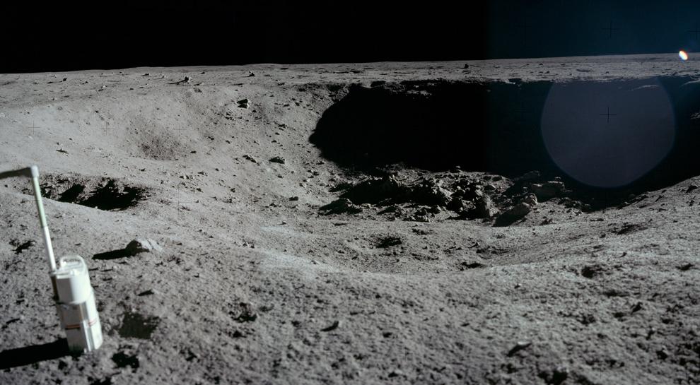 4. Если смотреть в противоположном направлении от предыдущего фото в тот же день 20 июля 1969 года, Нил Армстронг сделал этот снимок пробы, помещенной рядом с кратером Литтл Уэст. (NASA)