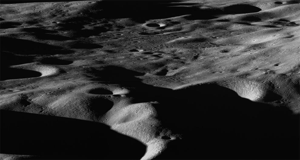 5. Через два с половиной дня после того, как зонд LCROSS достиг Лунной поверхности в поисках воды, Лоз развернулся к кратеру Кабеус недалеко от южного полюса Луны, чтобы сделать общий снимок северного края с юго-запада 11 октября 2009 года. Расстояние слева направо составляет около 60 км, а от дальнего к ближнему краю в центре – примерно 50 км. Столкновение LCROSS с поверхностью произошло внизу в центре панорамы. (NASA/GSFC/Arizona State University)