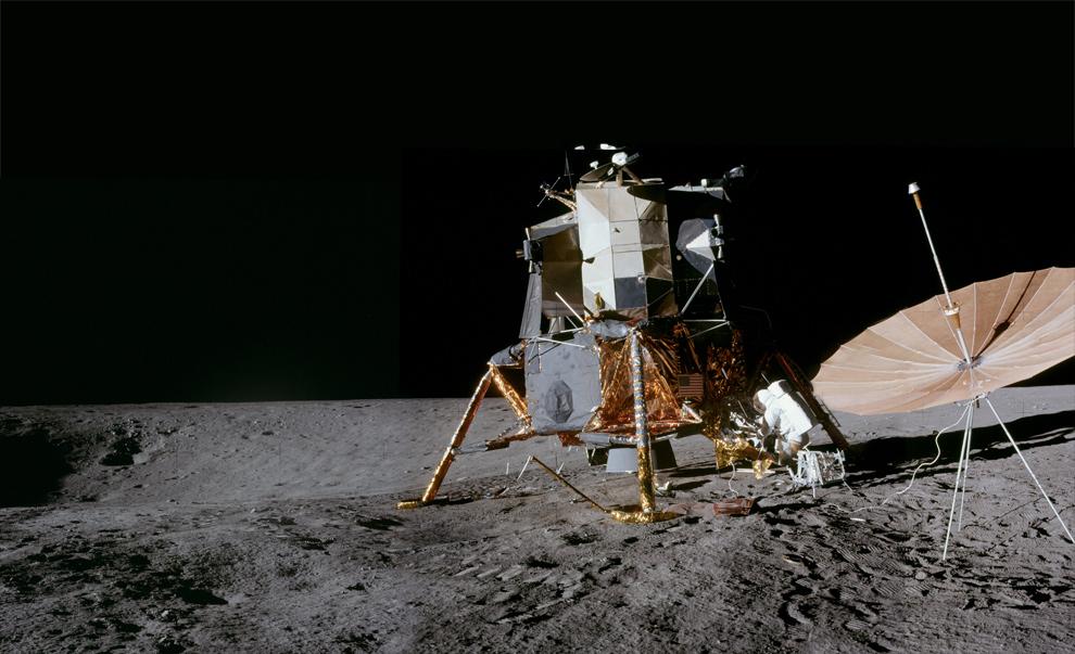 8. 19 ноября 1969 года астронавт Алан Бин сделал этот снимок Аполло 12 с Питом Конрадом, работающим с их модулем, и кратером Surveyor слева. Ориентируясь по предыдущему фото, этот снимок был сделан, если смотреть вниз и направо от центра. (NASA)