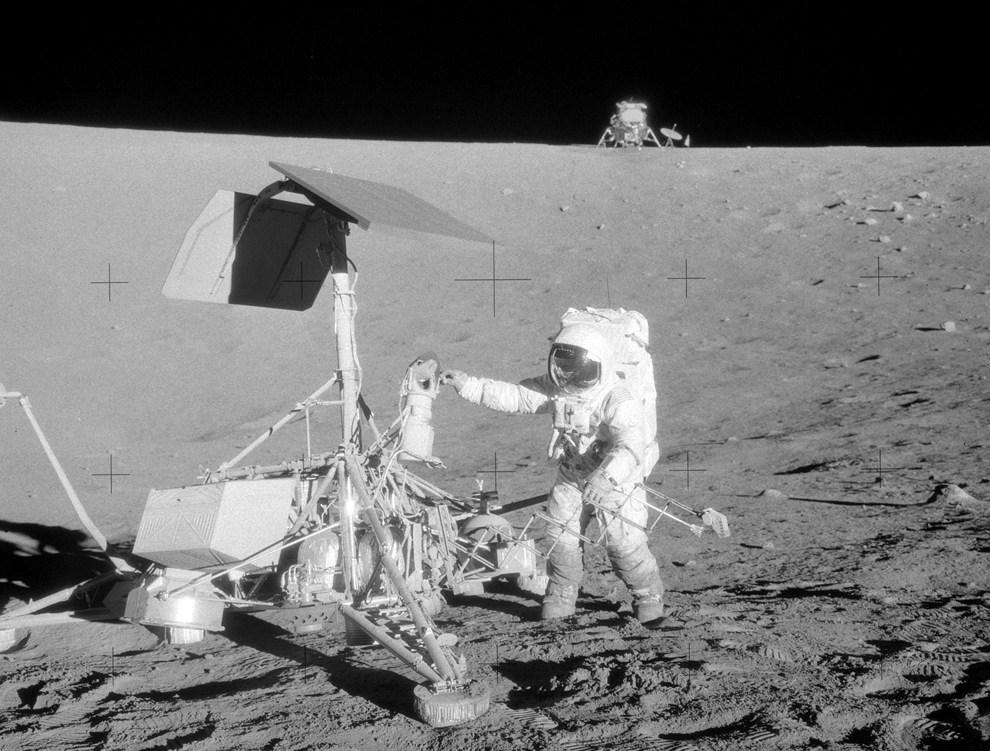 9. Астронавт Пит Конрад рядом с зондом «Surveyor III» 20 ноября 1969 года с лунным модулем на заднем фоне. Ориентируясь по предыдущему фото, это место находится, если смотреть наверх левее от нижнего бравого угла. Некоторые части зонда были сняты и возвращены на Землю, проведя на Луне два года. (NASA)