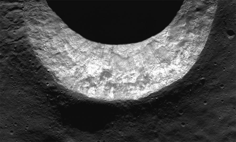 10. Внутренний край кратера «Milichius A» в Море островов (Mare Insularum). Снимок был сделан ЛОЗ 16 июля 2009 года. Кратер «Milichius A» примерно 9 км в диаметре. (NASA/GSFC/Arizona State University)