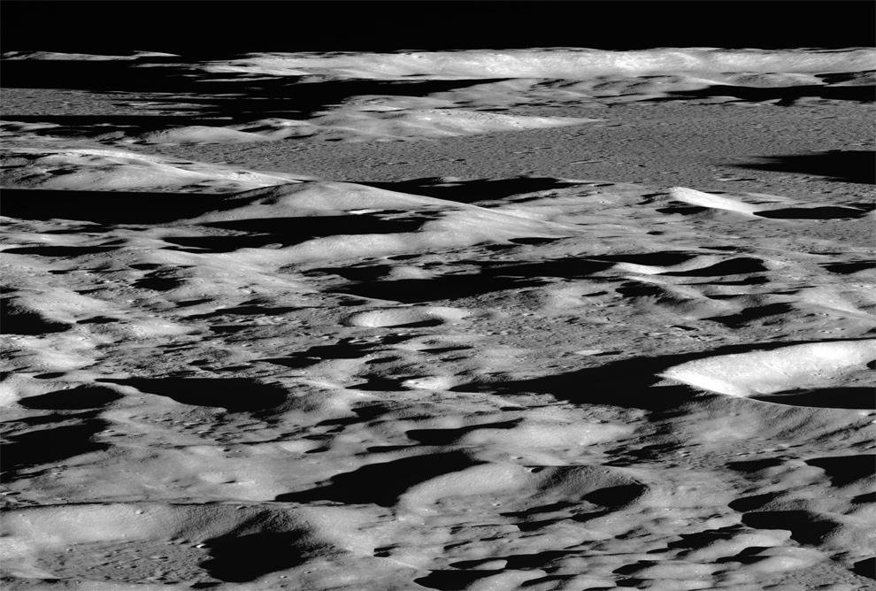 11. Глядя через край Луны, ЛОЗ сделал это фото во время тестирования качества изображения 5 сентября 2009 года. Вид расположен на лунных высокогорьях в 450 км на северо-запад от Моря Гумбольдта примерно на 65.5°N, 55.6°E. (NASA/GSFC/Arizona State University)