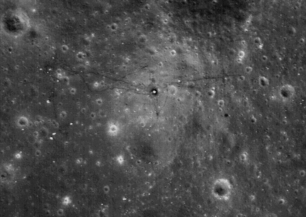13. На этом снимке, сделанном ЛОЗ, показано место высадки Аполло 17 1 октября 2009 года. 11 декабря 1972 года Аполло 17 приземлился на Луне во время шестой и последней миссии программы Аполло. Астронавты НАСА Юджин Сернан и Харрисон Шмит провели более 3 дней на поверхности Луны, устанавливая пробы и «прогуливаясь» по поверхности в их лунном модуле. В центре видна спускаемая ступень «Challenger», окруженная следами, сделанными астронавтами и колесами лунного аппарата. Сам луноход стоит спокойно, припаркованный в центре справа (темное пятно). Белое пятно слева – многочисленные пробы, оставленные там же. (NASA/GSFC/Arizona State University)