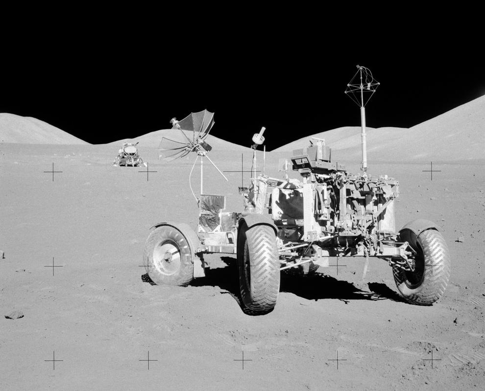 14. Луноход для Аполло 17, названный LRV-3, в своем конечном месте «парковки» в Море Ясности, на заднем фоне – лунный модуль. Снимок был сделан 13 декабря 1972 года. Ориентируясь по предыдущему фото, это место находится, если смотреть наверх и налево от центра. (NASA)
