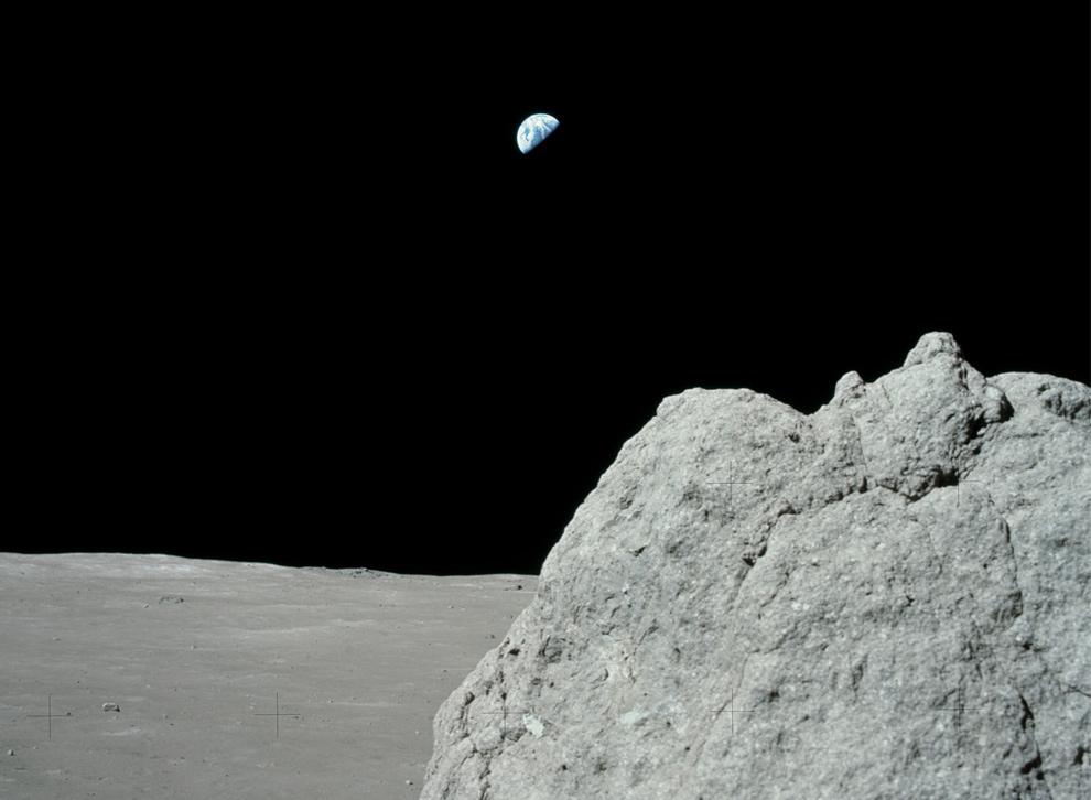 15. Снимок сделан на месте высадки Аполло 17, если смотреть в сторону Земли. Здесь вы видите булыжник и горизонт Луны. Фото сделано 12 декабря 1972 года. (NASA)