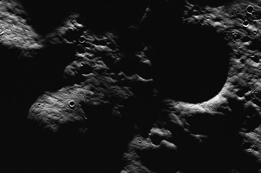 16. Прекрасный регион в нескольких километрах к востоку от кратера «Hell E», располагающегося на дне древнего образования от толчка. На снимке видны небольшие второстепенные кратеры, а также заметные линейные структуры, видимые за счет яркого освещения, представляют собой выбросы от близлежащего толчка. Высота снимка примерно 3,5 км. (NASA/GSFC/Arizona State University)