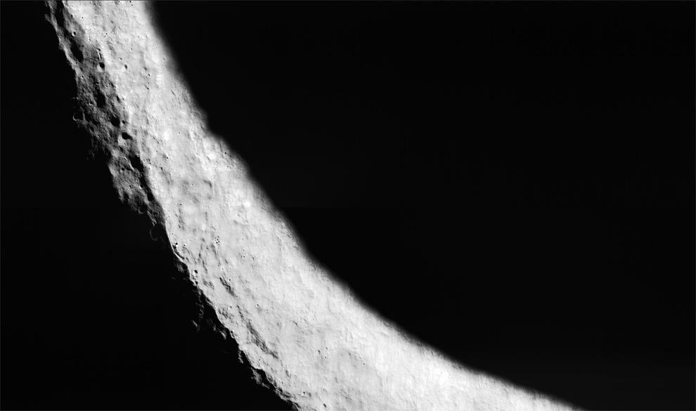 17. Лунный южный полюс (в центре слева), расположенный на краю кратера Shackleton диаметром 19 км, был заснят ЛОЗ 25 августа 2009 года. В постоянной тени может содержаться водный лед, а высокие хорошо освещенные вершины предоставляют возможности солнечной энергии в течение года для будущих человеческих колоний. (NASA/GSFC/Arizona State University)