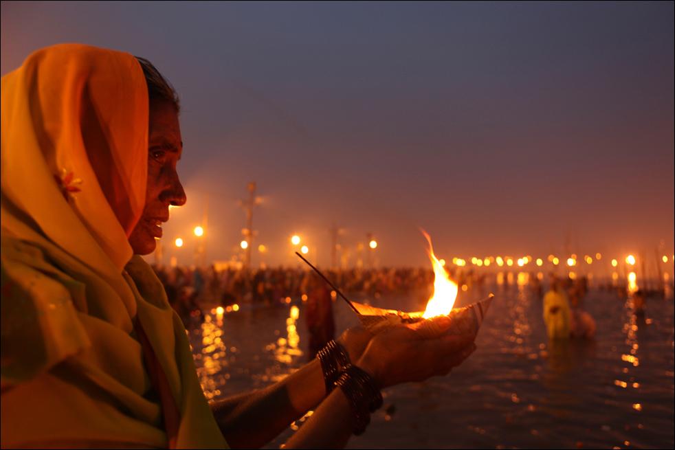 1. Индуска исполняет ритуал в Сангаме – месте слияния рек Ганг и Ямуна – во время фестиваля Макар Санкранти в Аллахабаде, Индия, 14 января. Сотни тысяч верующих искупались в реке во время астрологически благоприятного периода в 30 дней, чтобы смыть грехи и получить процветание. Во время Макар Санкранти проводится множество Меласс, или ярмарок, самой знаменитой из которых является Кумбха Мела, проводимая каждые 12 лет в одном из священных мест. (AP / Rajesh Kumar Singh)