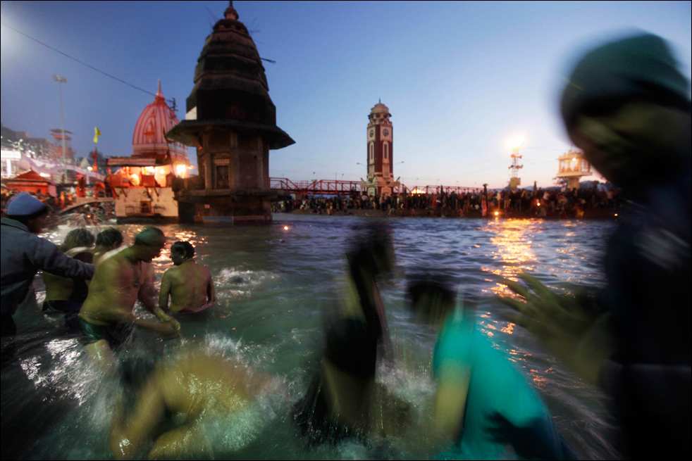 5. Индусы купаются в реке Ганг в первый день фестиваля Кумбха Мела в Харидваре 14 января. (AP / Saurabh Das)