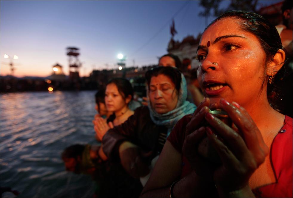 6. Индусы молятся во время купания в реке Ганг в первый день фестиваля Кумбха Мела в Харидваре 14 января. (AP / Saurabh Das)