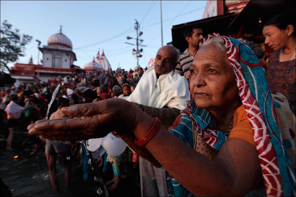 10. Садху молятся во время купания в реке Ганг в первый день фестиваля Кумбха Мела в Харидваре 14 января. (AP / Saurabh Das)