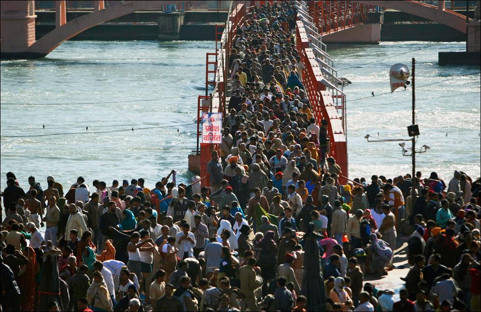 11. Паломники прибыли, чтобы искупаться в священных водах реки Ганг в первый день Кумбха Мела в Харидваре 14 января. (AP / Saurabh Das)