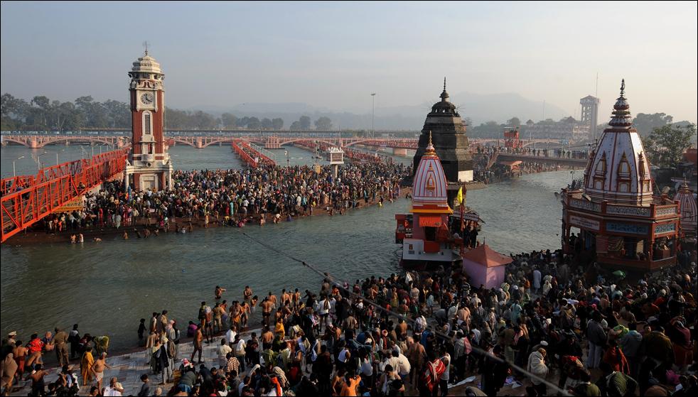 13. Индийские верующие купаются и молятся после солнечного затмения на берегу реки Ганг в Харидваре 15 января во время фестиваля Кумбха Мела. (AFP / Getty Images / Manan Vatsyayana)