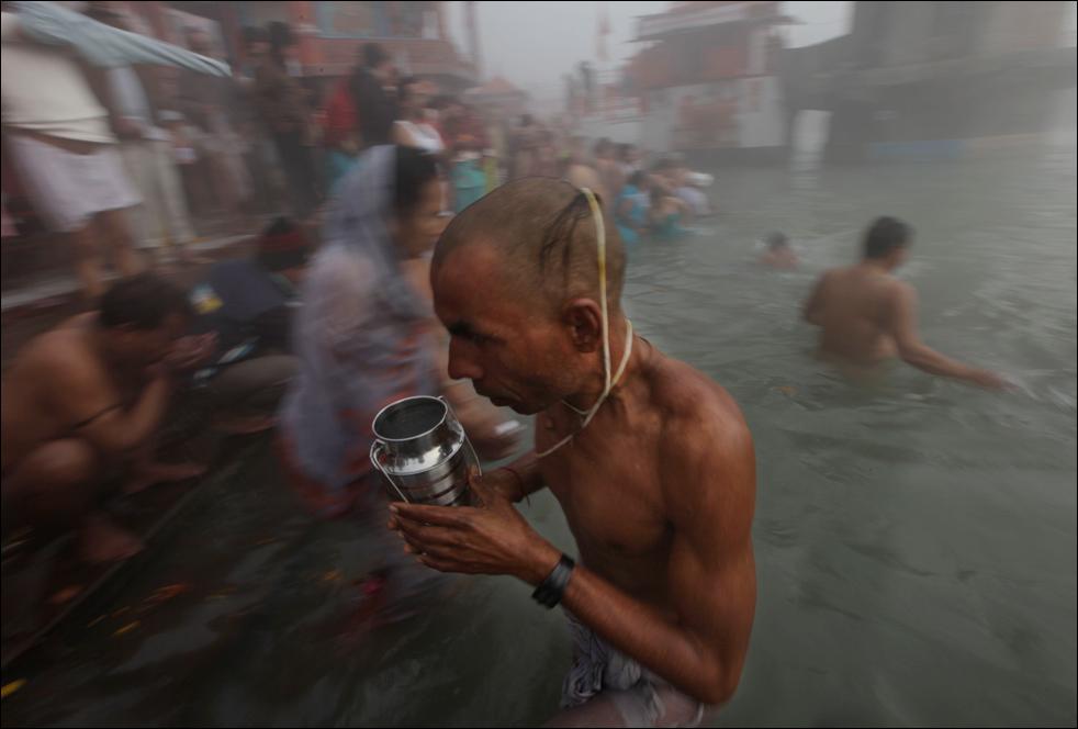15. Брамин выходит из реки после купания в благоприятный день ярмарки Кумбх на берегу реки Ганг в Харидваре 15 января. (AP / Saurabh Das)