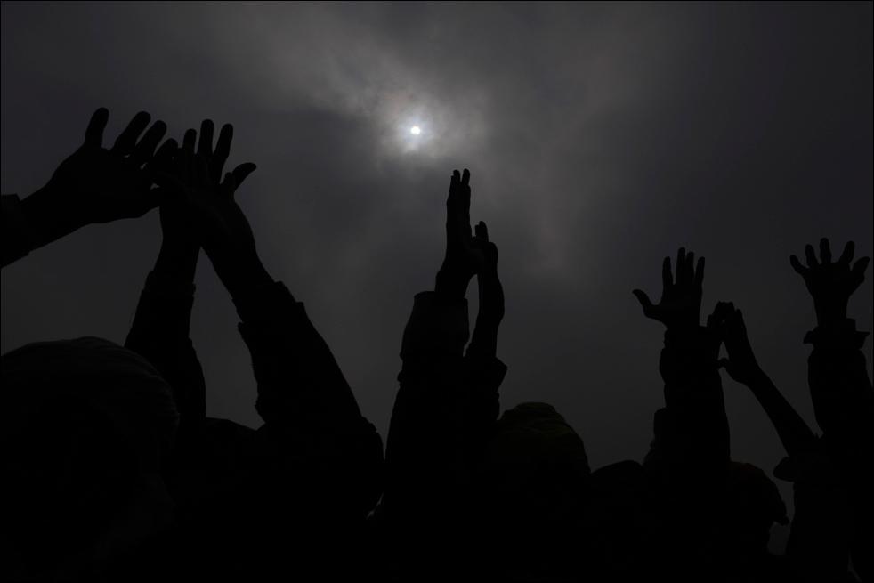 16. Индийские верующие молятся в Сангаме – месте слияния рек Ганг, Ямуна и мифической реки Сараваси в благоприятный день для индусов, выпадающий на традиционную ежегодную ярмарку Магх Мела в Аллахабаде 15 января. (AP / Rajesh Kumar Singh)