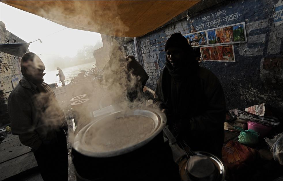 18. Индусы пьют чай, чтобы согреться на берегу реки Ганг в Харидваре 16 января во время фестиваля Кумбха Мела. (AFP / Getty Images / Manan Vatsyayana)