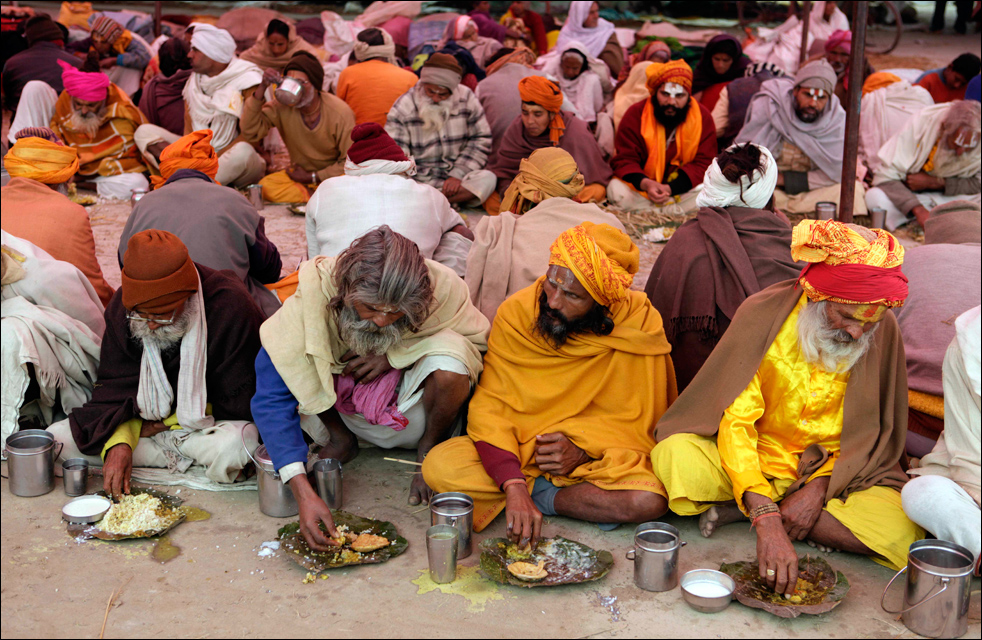 19. Индийские верующие участвуют в общем пире на берегу реки Ганг во время ежегодного традиционного фестиваля Магх Мела в Аллахабаде 16 января. (AP / Rajesh Kumar Singh)