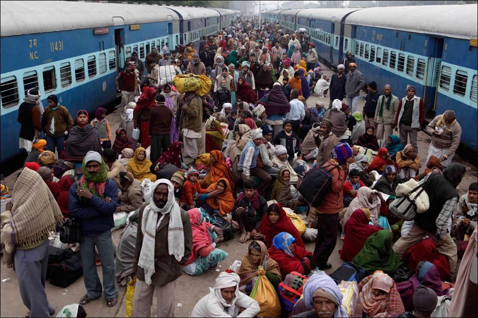21. Паломники наводнили железнодорожную станцию в Прайаге недалеко от места слияния рек Ганг, Ямуна и мифической реки Сарасвати, примерно в 5 км от Аллахабада 16 января. (AP / Rajesh Kumar Singh)