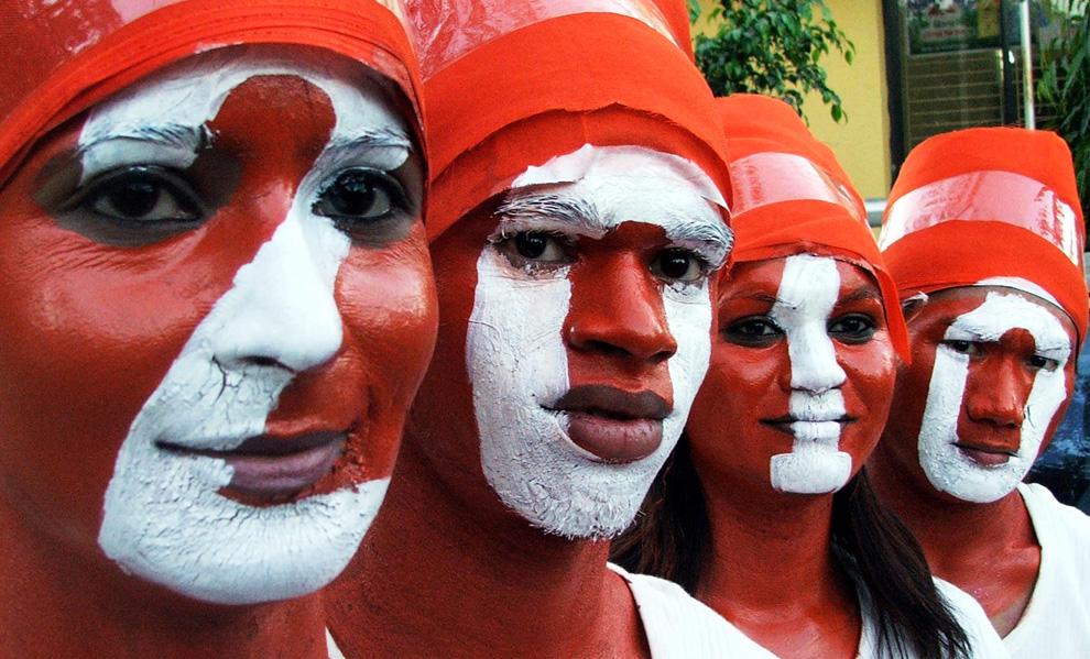 2. Люди с раскрашенными лицами празднуют Новый Год в индийском городе Бхопал 1 января 2010. (REUTERS/Raj Patidar)