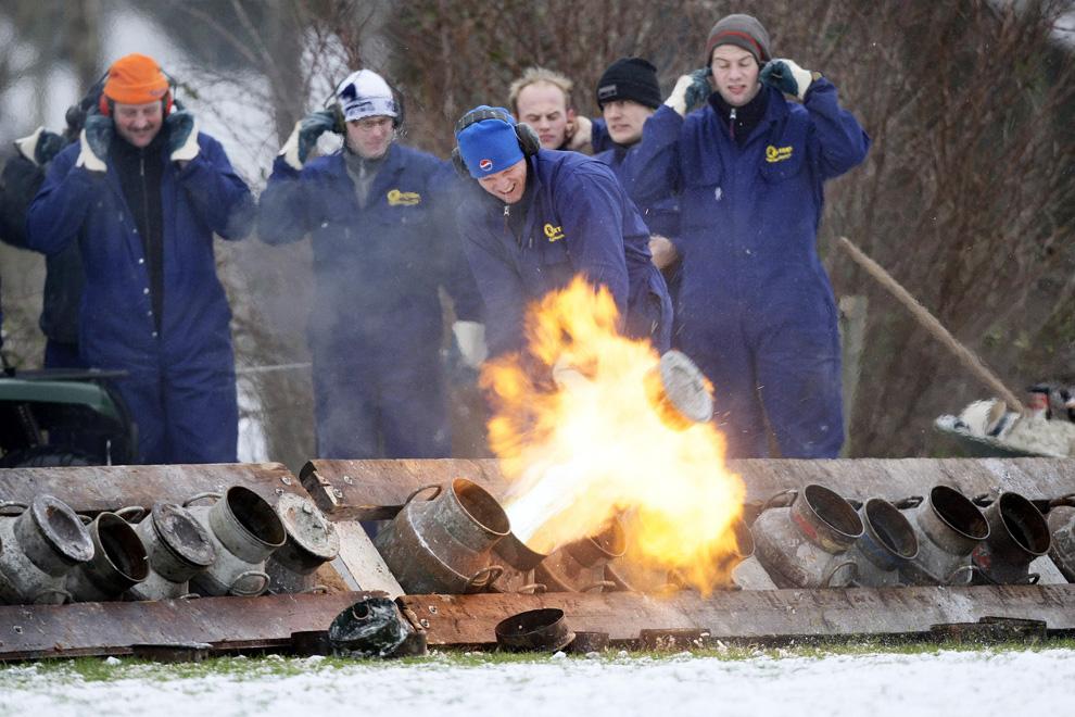 5. Люди готовятся к карбидовой стрельбе, ставшей традиционной в последний день года, чтобы отпугнуть злых духов, в Зевенхунцене, Нидерланды, 31 декабря 2009 года. (VINCENT JANNINK/AFP/Getty Images)