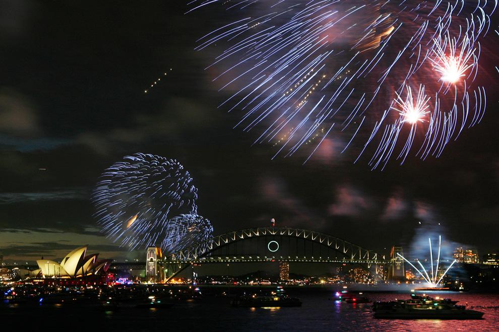 7. Салют в честь Нового Года по теме «Пробудить дух» взрывают над гаванью Сиднея с шести барж за три часа до полуночи 31 декабря 2009 года. Около 1,5 миллиона жителей и туристов Сиднея пришли в гавань, чтобы посмотреть на 120 000 петард и огней, использовавшихся во встрече Нового года. (KRYSTLE WRIGHT/AFP/Getty Images)