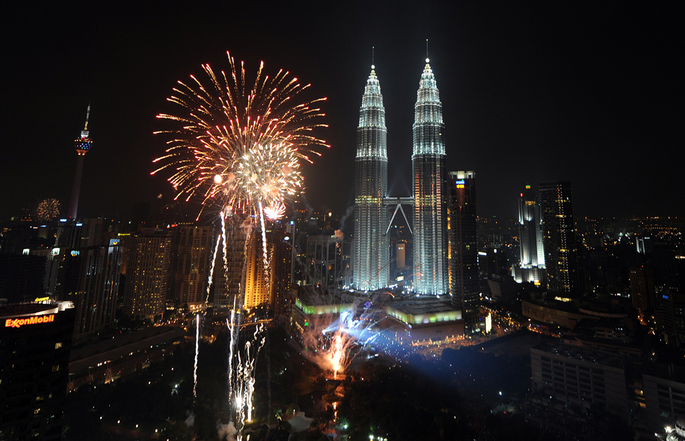 8. Фейерверк рядом с башнями-близнецами «Патронас» во время празднования Нового года в Куала Лумпур 1 января 2010 года. (SAEED KHAN/AFP/Getty Images)