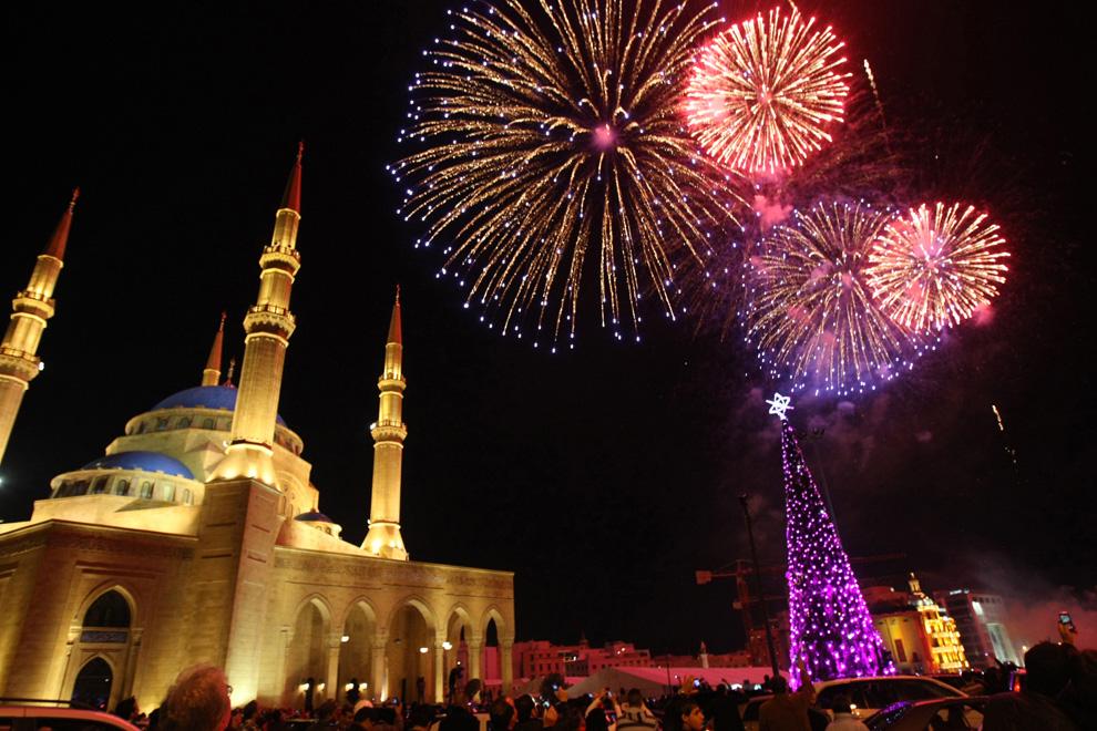 9. Салют озаряет небо в центре Бейрута во время празднования Нового года 1 января 2010 года. (ANWAR AMRO/AFP/Getty Images)