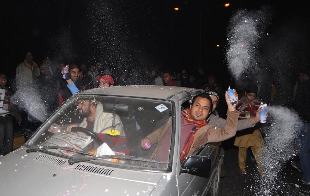 10. Пакистанская молодежь празднует Новый Год в Лахоре, распыляя искусственный снег 31 декабря 2009 года. (Arif Ali/AFP/Getty Images)