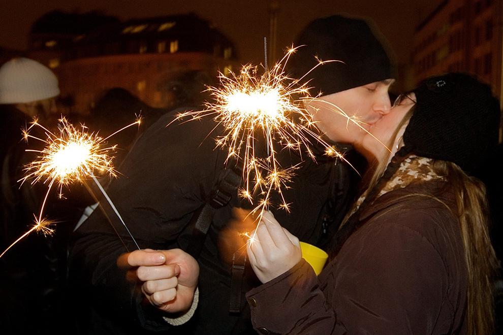 12. Парочка целуется в канун Нового года в центре Брюсселя 31 декабря 2009 года. В этом году темой праздника было 20-летие со дня падения Берлинской стены в 1989 году. (KURT DESPLENTER/AFP/Getty Images)