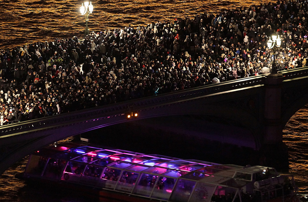 13. Зрители столпились на Вестминстерском мосту перед началом новогоднего салюта 21 декабря 2009 года в Англии. (Peter Macdiarmid/Getty Images)