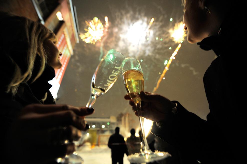 14. Девушки чокаются бокалами во время салюта на улице в округе Крйцберг во время празднования Нового года 1 января 2010 года. (TIMUR EMEK/AFP/Getty Images)