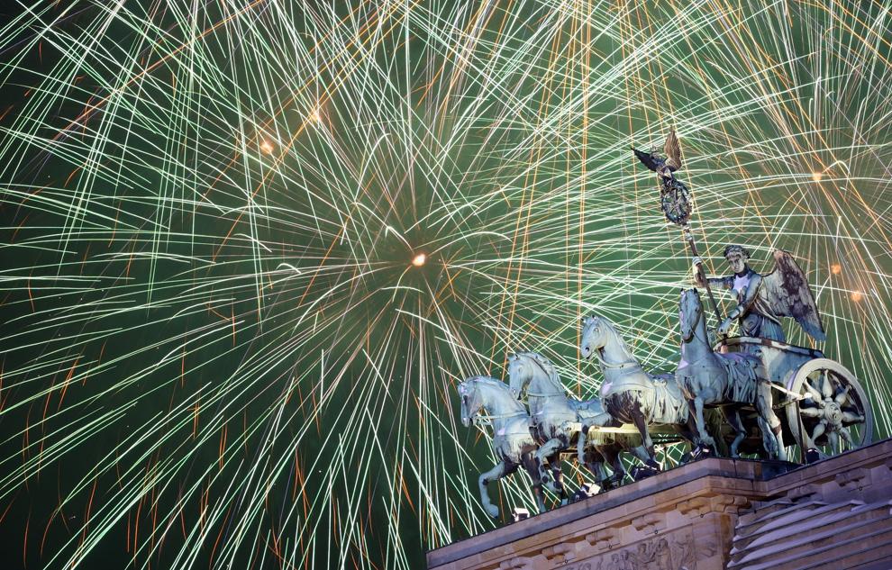 16. Салют над Квадригой на Бранденбургских воротах во время празднования Нового года 1 января 2010 года в Берлине. Тысячи людей пришли к Бранденбургским воротам, чтобы встретить Новый год. (Miguel Villagran/Getty Images)