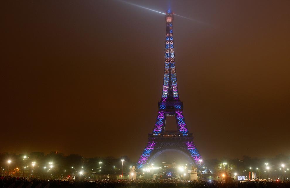 19. 400 прожекторов освещают Эйфелеву башню в канун Нового года в Париже 31 декабря 2009 года. (AP Photo/ Michel Euler)