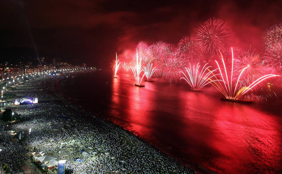 21. Около двух миллионов человек наблюдали за салютом с пляжа Копакабана в Рио-де-Жанейро во время празднования Нового Года 1 января 2010 года. (GABRIEL LOPES/AFP/Getty Images)
