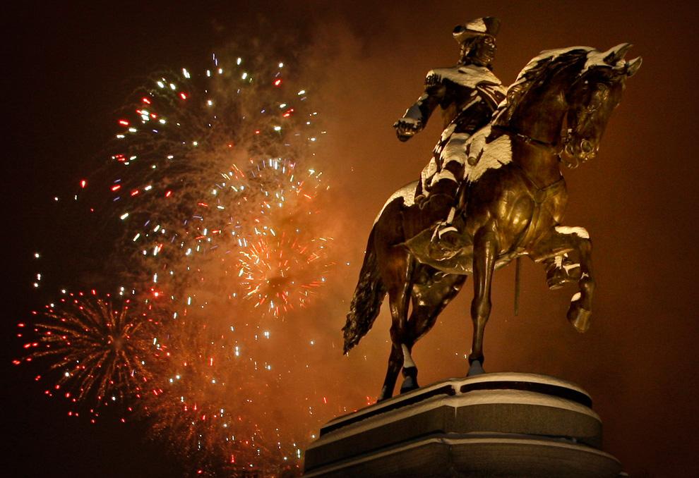 22. Фейерверк над статуей президента Джорджа Вашингтона в общественном саду Бостона в Массачусетсе 31 декабря 2009 года. (Matthew J. Lee/Boston Globe staff)