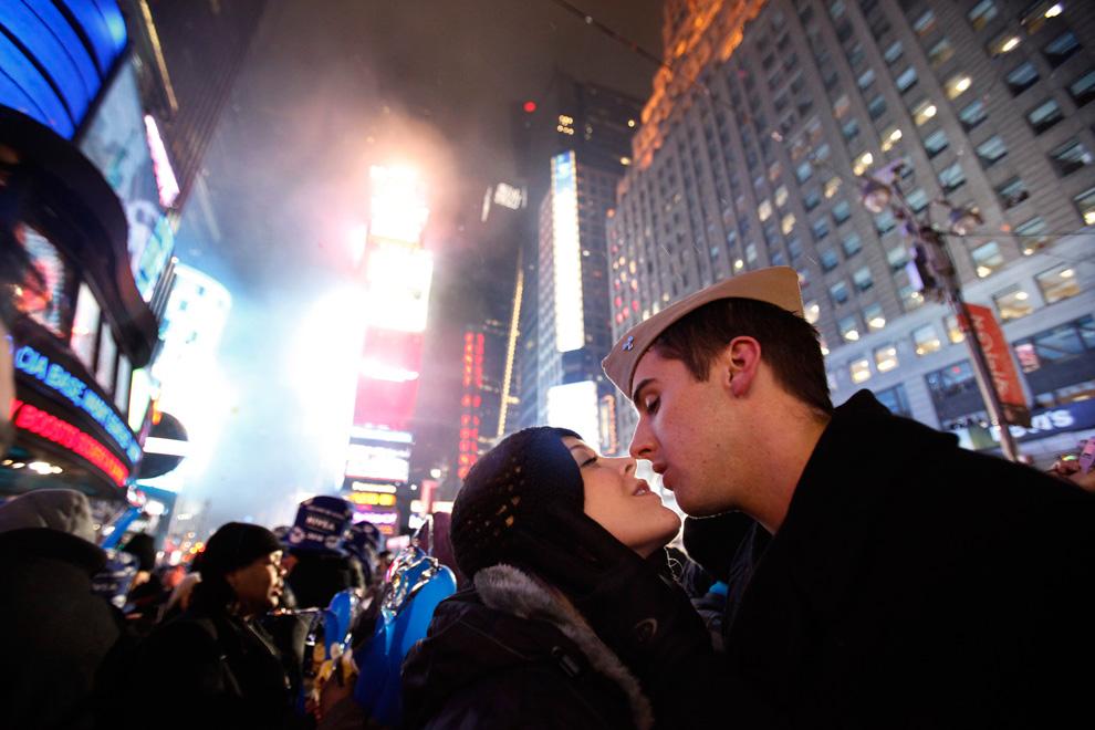23. Парочка целуется во время празднования Нового года на Таймс-сквер в Нью-Йорке 1 января 2010 года. (REUTERS/Jessica Rinaldi)