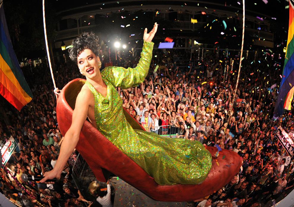 24. Представление «Суши» в исполнении пародистки Гэри Марион висит над зрителями в огромной туфле на Бурбон Стрит Паб 31 декабря 2009 года в Кей Уэст, штат Флорида. «Red Shoe Drop» - это традиция встречи Нового года в Кей Уэст в ответ на знаменитое шоу на Таймс-сквер в Нью-Йорке. (ANDY NEWMAN/AFP/Getty Images)