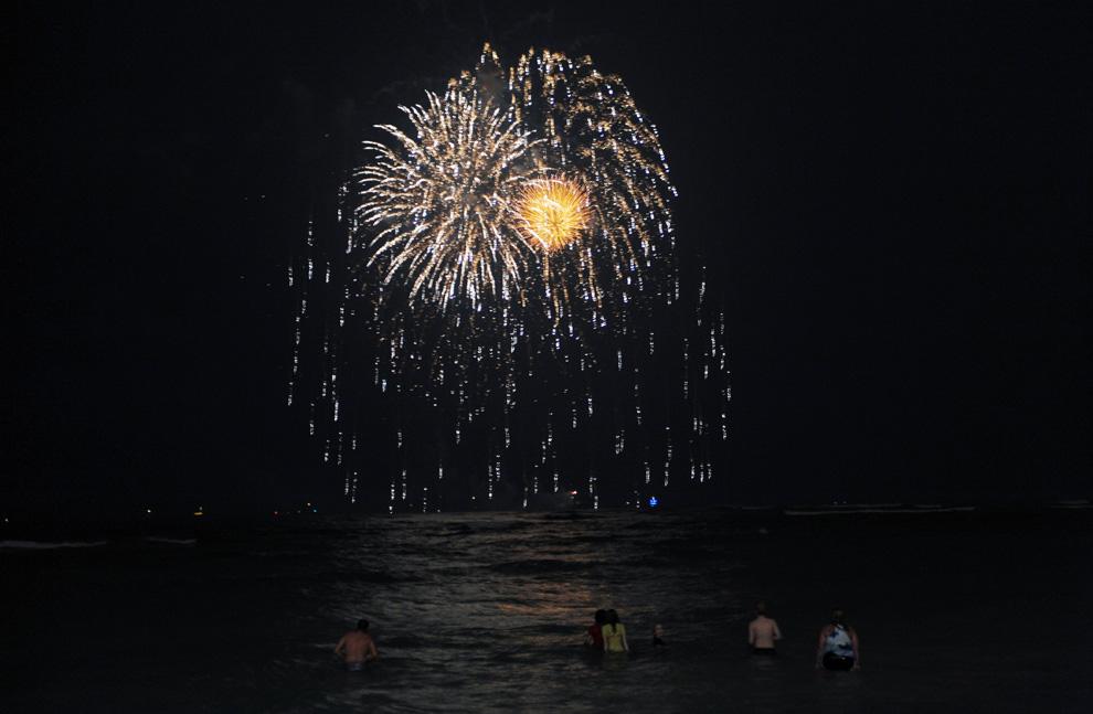 26. Огни фейерверка в небе. Снимок сделан с пляжа Ваикики в Гонолулу, Гавайи, 1 января 2010 года вскоре после того, как часы пробили двенадцать, знаменуя приход нового года. (JEWEL SAMAD/AFP/Getty Images)
