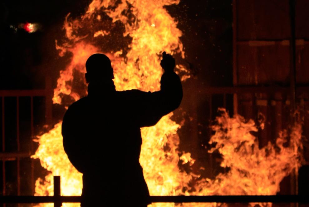 28. Монах стоит перед огнем, в котором горят старые предметы, использовавшиеся в храмах. Снимок сделан во время празднования Нового года в буддистском храме Zojo-ji в Токио 31 декабря 2009 года. (REUTERS/Kim Kyung-Hoon)