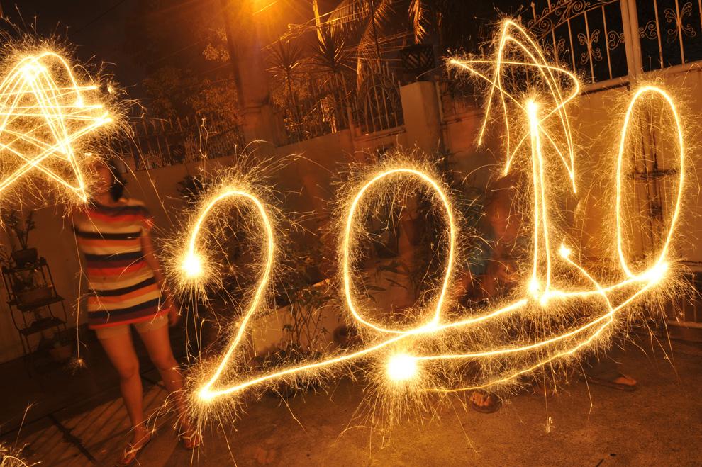 29. На этом фото с длительной экспозицией можно увидеть надпись 2010, сделанную с помощью бенгальских огней в канун Нового года в Маниле 31 декабря 2009 года. (ROMEO GACAD/AFP/Getty Images)