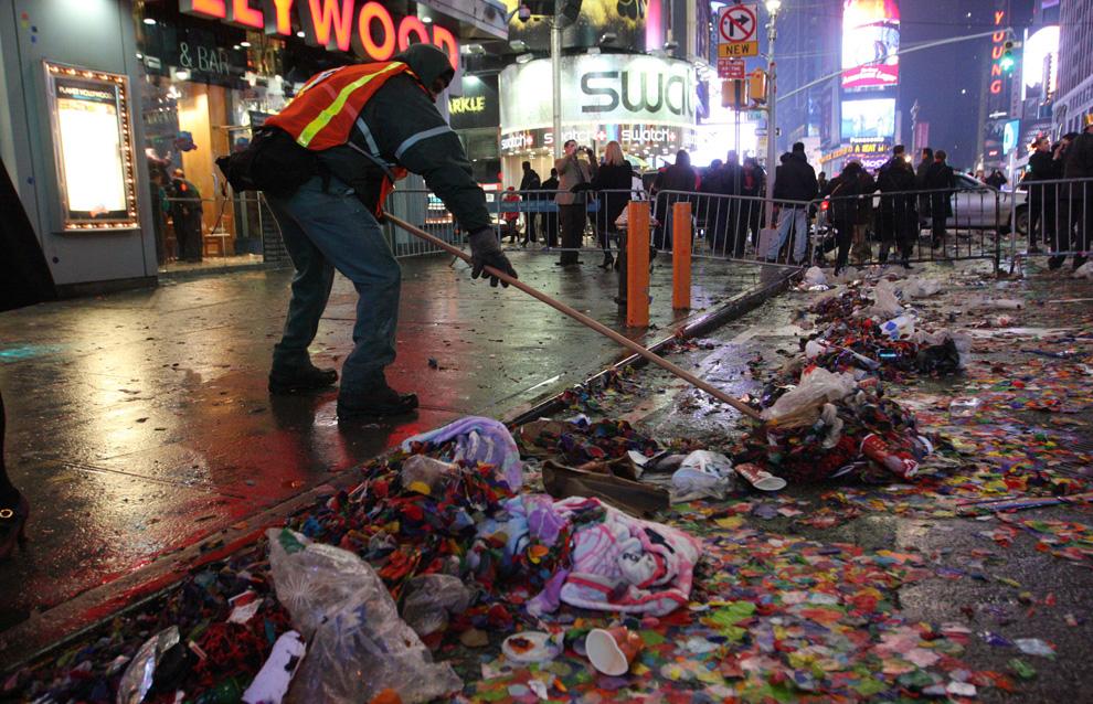 30. Рабочий убирает мусор после празднования Нового года на Таймс-сквер в Нью-Йорке утром 1 января 2010 года. (AP Photo/Tina Fineberg)