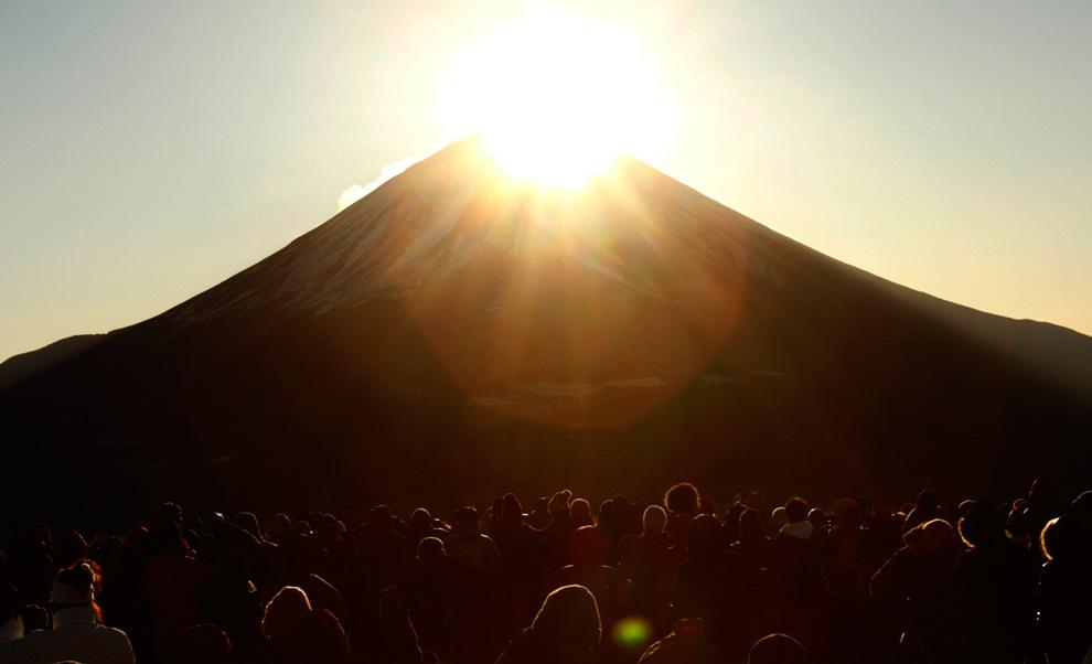 31. Люди наслаждаются восходом солнца над горой Фудзи, которую здесь называют «Бриллиант Фудзи», с вершины горы Рюгатаке в городе Фудзикавагучико на юго-западе от Токио 1 января 2010 года. Гора Фудзи ( 3 776 метров) считается священной и символом удачи, особенно в Новый год. (REUTERS/Yuriko Nakao)